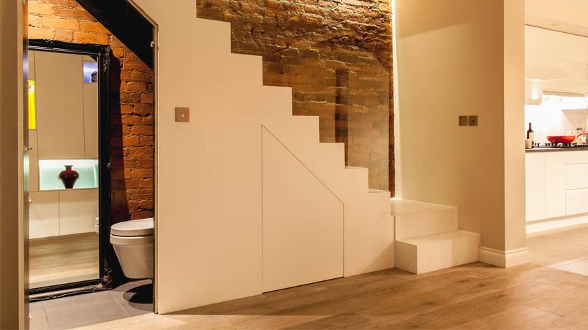 Tất tần tật về phong thủy nhà vệ sinh dưới chân cầu thang